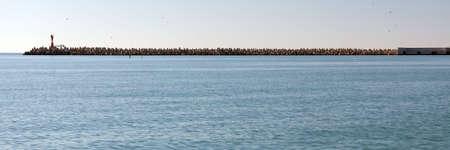 Tetrapoden - massieve betonconstructies met vier in elkaar grijpende benen om de stranden te beschermen tegen golven. Sochi. Rusland