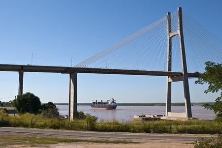 ハープ斜張橋アルゼンチン ロサリオ市パラナ川に架かる。それはエントレリオス州ビクトリア市とサンタフェ州ロサリオ市をリンクします。 写真素材 - 13057988