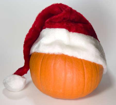 Pompoen met Kerst muts voor vroege kerst mis winkelen