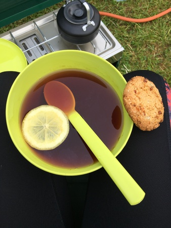 Camping: black tea in a bowl with lemon Foto de archivo