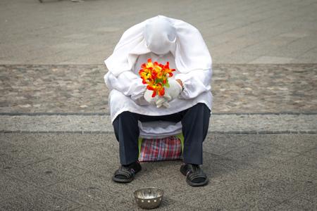 mimo: mimo blanco triste con las flores Foto de archivo