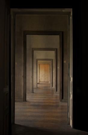 通過儀礼の概念線形分析観点ビューを介していくつかの扉を開くと空部屋、廊下の終わりにドアを閉めた