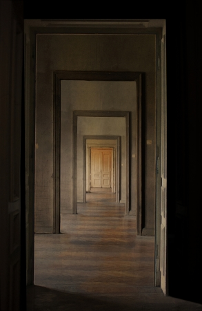 perspectiva lineal: Cerrada la puerta al final del pasillo, rito de pasaje concepto vista en perspectiva lineal a trav�s de varias puertas abiertas y salas vac�as Foto de archivo