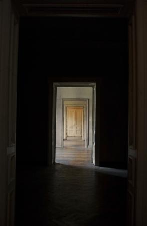 perspectiva lineal: Cerrada la puerta al final del pasillo, rito de pasaje concepto vista en perspectiva lineal a trav?s de varias puertas abiertas y salas vac?as