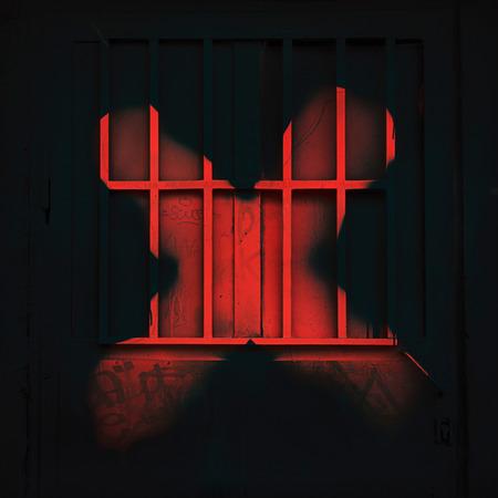 バー、塗装スプレー落書き、都市の反乱、憤りと抵抗、不潔なイメージの強力なシンボルと黒鉄の扉に赤い X マーク。