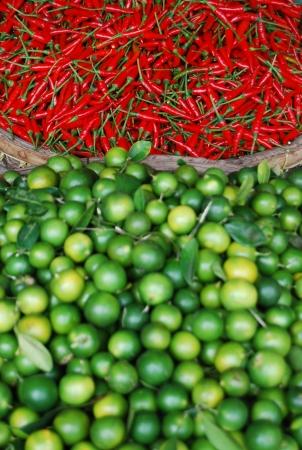 citrons: Citrons verts et piments rouges sur le march� de Hanoi