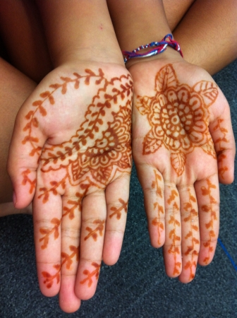 diversidad cultural: Las ni�as de la diversidad cultural mediante la aplicaci�n de Mehdi en sus manos. Foto de archivo