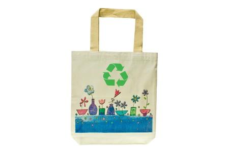 Boodschappen tas gemaakt van gerecycleerde materialen geïsoleerd op een witte achtergrond, ecologisch vriendelijk, vervangt plastic boodschappen tassen.  Afbeelding