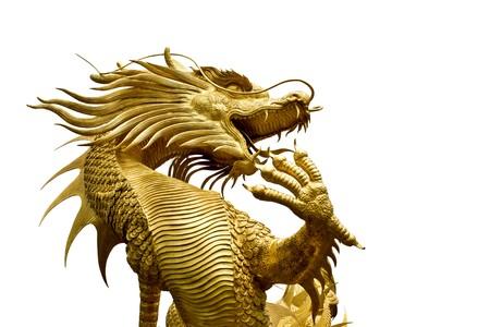 Kleurrijke Gouden Draak standbeeld in chinese tempel in Chonburi provincie Thailand