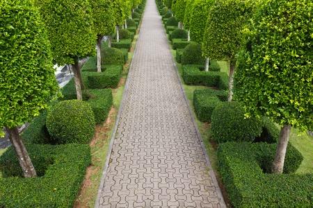 Pavement gemaakt van steen in een prachtige tuin Stockfoto