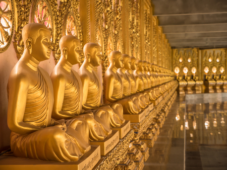 stole: La alineación de las estatuas de Buda en el templo, Tailandia Editorial