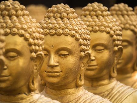 Close-up op hoofd buddha standbeeld, zachte focus.