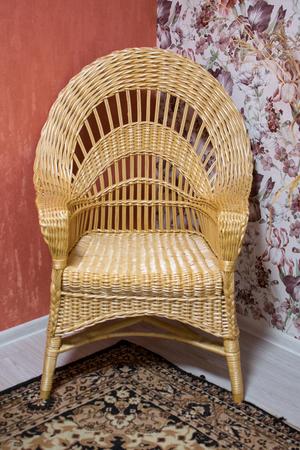 Chaise en osier faite à la main dans une maison de campagne.