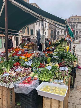 Vegetables at a farmer's market in Venice, Italy. Standard-Bild