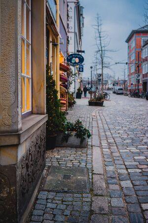 Brema, Niemcy, styczeń 2019 - Kolorowe domy z dekoracją świąteczną w zabytkowym Schnoorviertel w Bremie, Niemcy Publikacyjne