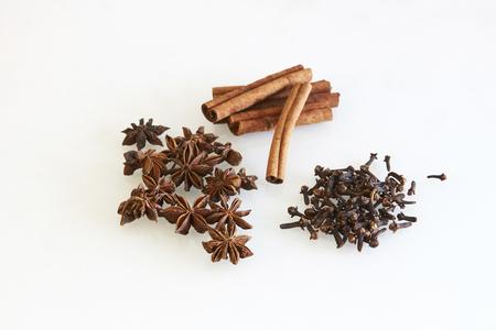 spezie, cannella, chiodi di garofano e anice stellato