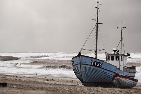 vissersboot op het strand tijdens storm in Nr. Vorupør aan de Noordzeekust in Denemarken Stockfoto