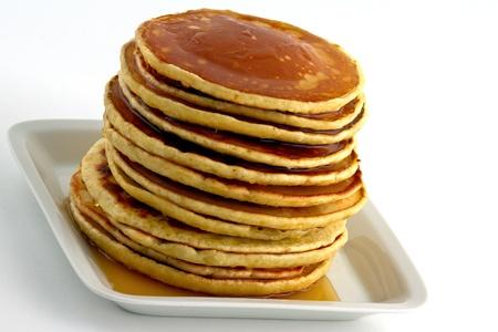 hot cakes: Pila de caseros panqueques con jarabe sobre un plato blanco. Aislados en blanco