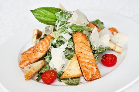 ensalada cesar: Ensalada César con salmón, tomate cherry, queso parmesano, lechuga y albahaca