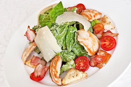 ensalada cesar: Ensalada César con pollo, espinacas, tomates cherry, queso parmesano, tocino y croutons