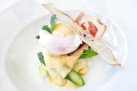 Baked asparagus with hollandaise sauce, poached egg and parma ham Stockfoto