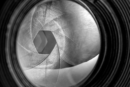 Black and white image of aperture of old retro camera lens Standard-Bild