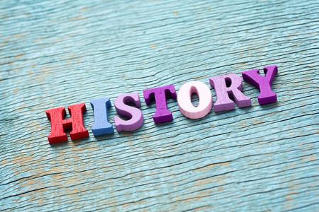 cronologia: la historia de la palabra hecha de letras de colores de madera en el fondo de la vendimia