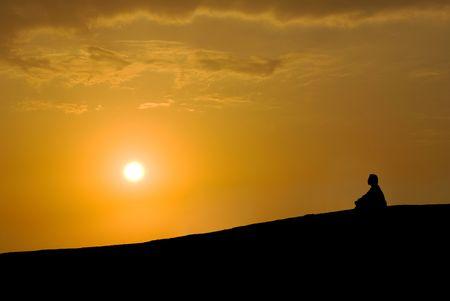 mind body soul: meditazione sotto tramonto, buddista attivit�