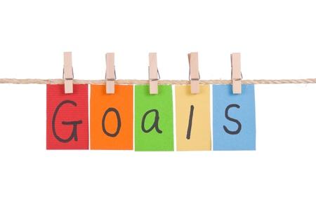 metas: Objetivos, cuelgan de palabras coloridas en cuerda por palo de madera Foto de archivo