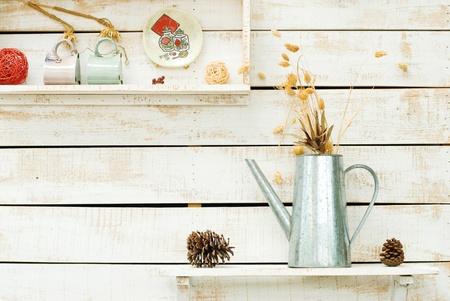 장식으로 흰색 거친 나무 벽에 식물