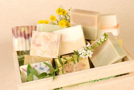 vida natural: Grupo de jabón hecho a mano en la caja de madera, material de naturaleza.