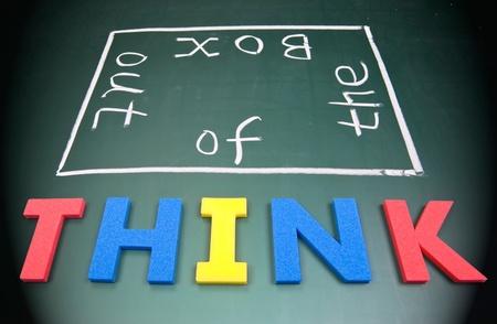 out think: Creo que de caja, coloridos palabras en la pizarra. Foto de archivo