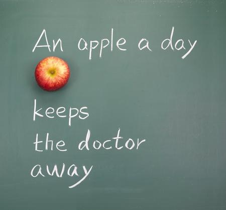 사과 하루에 의사를 멀리, 칠판에 단어를 유지합니다.