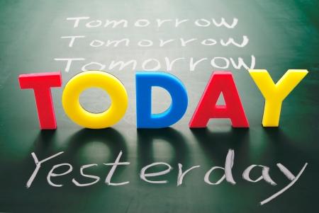 avviso importante: Parole di oggi, ieri, e domani sulla lavagna, concetto del Tempo.