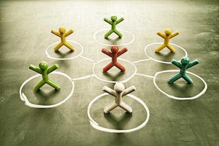 팀 작업 개념입니다. 지저분한 칠판 다채로운 인형.