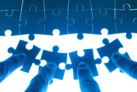 puzzle pieces: Teamarbeit auf die L�sung von Puzzles Problem. Teamarbeit Konzept.