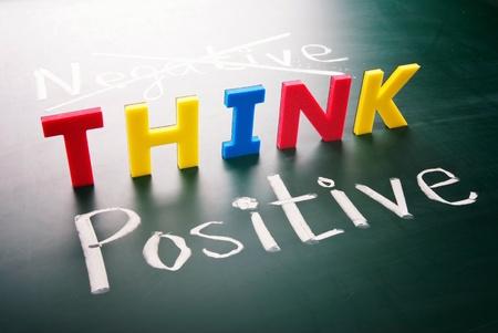 optimismo: Pensar positivo, hacer no palabras negativas, coloridos en pizarra