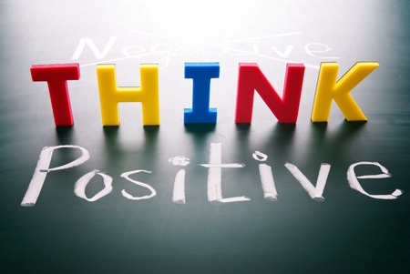 cerebro blanco y negro: Piensa en positivo, no las palabras negativas, de colores en la pizarra Foto de archivo