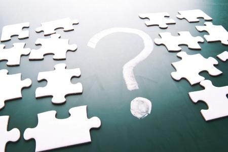 doute: Point d'interrogation et de pi�ces de puzzle sur le tableau noir Banque d'images