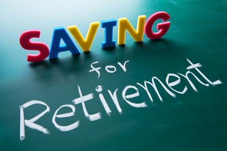 fondos negocios: Ahorrar para la jubilación, las palabras de colores en la pizarra Foto de archivo