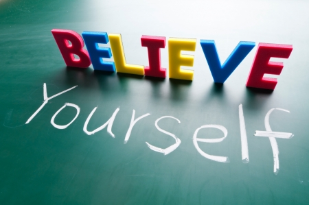 believe: Palabras de colores en la pizarra.