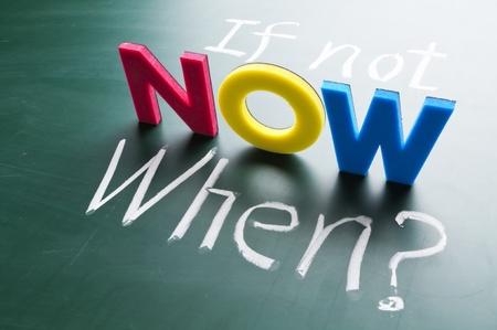 Zo niet nu, wanneer? Kleurrijke woorden op blackboard. Stockfoto