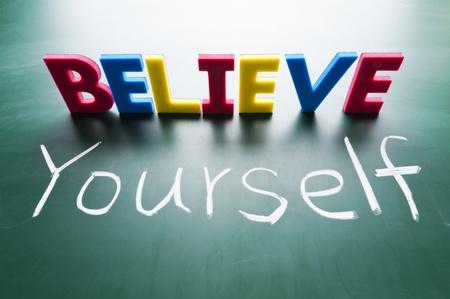 zelf doen: Geloof jezelf, Kleurrijke woorden op bord. Stockfoto