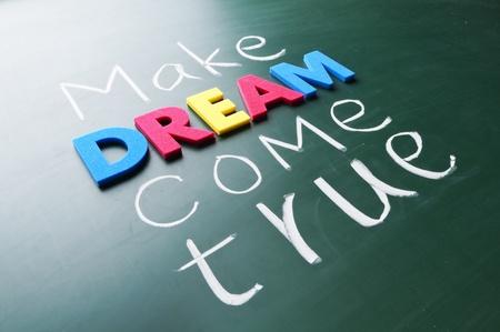 sogno: Rendere il vostro sogno. Parole colorate sulla lavagna.