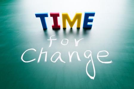 change concept: Tiempo para el cambio, las palabras de colores en la pizarra.