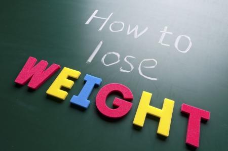 obesidad: Cómo bajar de peso, palabras coloridas en la pizarra.