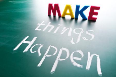 actitud positiva: Hacer que las cosas sucedan, las palabras conceptuales agrupan en la pizarra. Foto de archivo