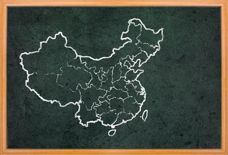 mapa de china: China mapa y la bandera en el sorteo del grunge pizarra