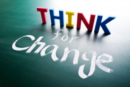 actitud positiva: Piense por concepto cambio, las palabras en la pizarra
