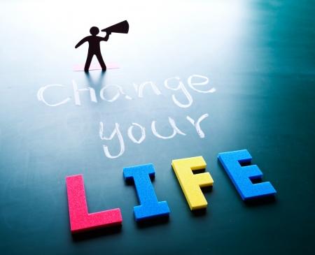 actitud positiva: Cambiar el concepto de la vida, el hombre y las palabras en la pizarra Foto de archivo